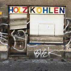Niemand hat den Mann mit dem Koks bestellt.   #berlin #neukölln #holzkohle #fossilfuels #heizen #kohle #coal #holzkohle #berlingram #berlincity #neukoelln #rainbow #regenbogen #berlinstagram #streetsofberlin #fassade #emptystore #lostplaces #lostplacesgermany #abandonedplaces #abandoned #koks