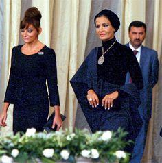 Sheikha Mozah`s spectacular necklaces Queen Fashion, Royal Fashion, Fashion Looks, Modest Fashion, Hijab Fashion, Moslem, Arabian Women, Hijab Trends, Turban Style