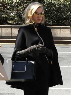 Melissa George oozes old Hollywood glamour in a chic black cape Estilo Jenner, Estilo Kardashian, Classy Outfits, Chic Outfits, Fashion Outfits, Look Fashion, Winter Fashion, Melissa George, Gloves Fashion