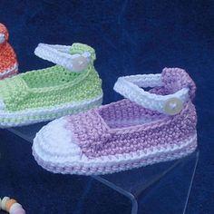 Crochet Baby Booties Free pattern for tennis shoes… Crochet Baby Booties, Crochet Slippers, Baby Booties Free Pattern, Crochet World, Baby Sandals, Baby Girl Shoes, Baby Girls, Doll Shoes, Crochet For Kids