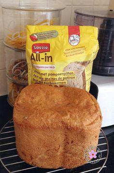 Soezie brood met pompoenpitten (pompoenpittenbrood). 500 gr mix en 280 ml water. Broodbakmachine programma '1: basic'. Tot nu toe het lekkerste brood.