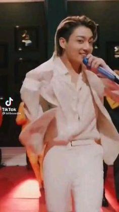 Jungkook Songs, Jungkook Abs, Bts Taehyung, Bts Video, Foto E Video, Bts Dance Practice, Bts Song Lyrics, Les Bts, Bts Bulletproof