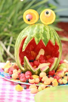Watermelon Monster and many other fun monster party ideas:-) L'art Du Fruit, Watermelon Fruit Salad, Deco Fruit, Watermelon Carving, Fruit Art, Watermelon Animals, Fruit Kabobs, Watermelon Head, Watermelon Centerpiece
