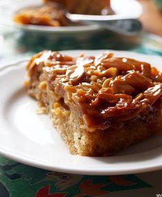 Kardemummaa ja kanelia, kinuskia ja omenoita, kermaa ja mantelilastuja.. niistä on tämä ihana piirakka tehty. Olen leiponut joka syksyiseen...