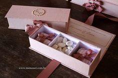 Casamento Giovana e Erico: Lembrancinha Madrinhas, caixas nude com bordado dourado e dentro 2 bem-casados e amêndoas. Gift Weending Nude. www.mimosart.com.br
