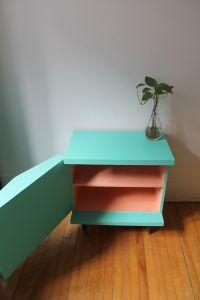 Commode vintage turquoise intérieur saumon Furnitures, Decoration, Painted Furniture, Stool, Turquoise, Home Decor, Vintage Chest Of Drawers, Creative Ideas, Night Stand