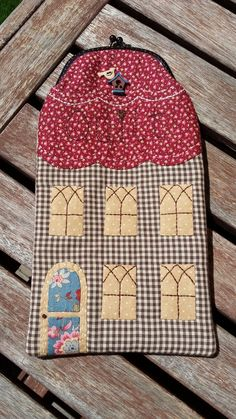 Funda gafas Aplique Quilts, Frame Purse, Fabric Houses, Cute Purses, Crochet Purses, Quilted Bag, Glasses Case, Crochet Home, Applique Designs