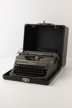 I've always wanted a cool vintage typewriter! Learn To Type, Underwood Typewriter, Meeting Of The Minds, Alphabet Soup, Vintage Typewriters, Family Memories, Old And New, Grammar, Nostalgia
