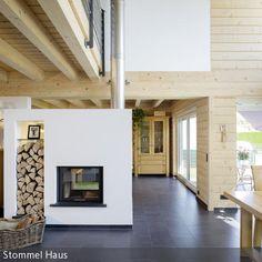 Ein freistehender Kamin sieht nicht nur schick aus, sondern kann auch wunderbar als Raumteiler genutzt werden, wie hier zwischen Wohn- und Essbereich. Ein Regal …