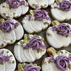 Fancy Cookies, Iced Cookies, Pumpkin Cookies, Cake Cookies, Cookies Et Biscuits, Halloween Cookies Decorated, Halloween Sugar Cookies, Cupcakes, Cupcake Cakes