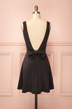 Quincey ♥ La petite robe noire passe-partout, de jour comme de soir.  The little black dress that fits every occasion, day or night.