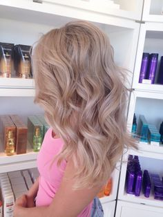 Com champagne blonde hair, blonde rose gold hair, champagne hair Blond Rose, Blond Beige, Blonde Rose Gold Hair, Pink Hair, Cheveux Beiges, Champagne Blonde Hair, Champagne Hair Color, Strawberry Blonde Hair, Hair Color And Cut