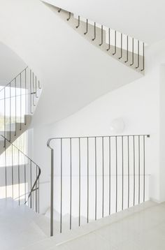 Staircase Handrail, Interior Staircase, Stair Railing, Staircase Design, Interior Architecture, Banisters, Metal Stairs, Modern Stairs, Balustrade Balcon