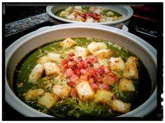 Zuppa di broccoli e spinaci con gorgonzola piccante, pancetta al timo e crostini