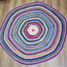 Let's make a rag rug! Watch this tutorial to learn how to crochet a rag rug in the round using yarn made of old t-shirts and leftover yarns from your stash. Rag Rug Tutorial, Crochet T Shirts, Old T Shirts, T Shirt Yarn, Learn To Crochet, Upcycle, Recycling, Scrap, Matilda