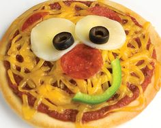 Smiley Face Pizza (Individual Pizzas) Make your kids smile. Let them add their own silly face to their personal pizza, fun for kids of all ages. Cute Food, Good Food, Yummy Food, Delicious Recipes, Toddler Meals, Kids Meals, Edible Food, Baking With Kids, Food Crafts