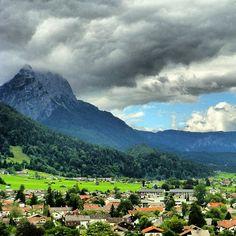 Garmisch-Partenkirchen vom Zeileck aus, die Waxensteine mit Wolkentürmen