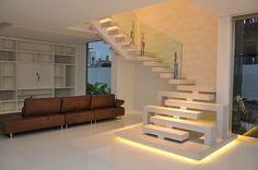 Escada moderna com iluminação! Confira + no blog www.construindominhacasaclean.com #escada #iluminação #lighting #sala #living #decor #decoração #design #interior #interiordesign #casa #casaclean...