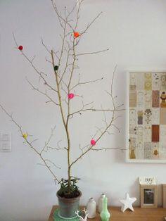 DIY : faire un arbre d'hiver !  Tout simple, une branche et une bombe or  et des paillettes !  Dans un petit village.blogspot.com