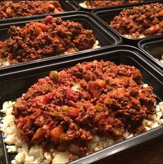 Texas Slow Cooker Beef Chili over Cauliflower Rice. #livesqueezy #mealprep #mealprepmonday #paleo #eatclean #eathealthy #cleaneating #realfood #eatrealfood #glutenfree #dairyfree #slowcooker #cauliflowerrice #chili