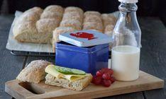 Langpannebrød er enkelt å lage, og er kjempepopulært hos både store og små. Brødet er ypperlig frokost- eller matpakkebrød, og smaker også godt til for eksempel supper og gryteretter. Prøv det du også! A Food, Food And Drink, Nom Nom, Cheese, Baking, Recipes, Breads, Miniature Crafts, Food