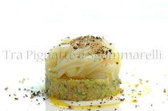 Le mie ricette - Fettuccine di calamaro 'al crudo', con guacamole mediterraneo e crumble di pane e olive | Tra Pignatte e Sgommarelli