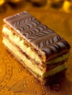 Discover the classic mille-feuille recipe on cuisineactuelle. French Desserts, Mini Desserts, Just Desserts, Delicious Desserts, Cheesecake Recipes, Dessert Recipes, French Patisserie, Patisserie Design, Puff Pastry Recipes