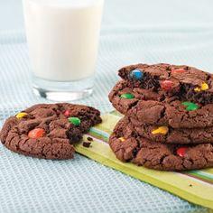 Biscuits au chocolat et M&M - Recettes - Cuisine et nutrition - Pratico Pratique Biscuit Cookies, Kids Meals, Love Food, Glass Of Milk, Muffins, Food And Drink, Sugar, Chocolate, Eat