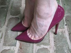 Stilly: magenta pumps and toe cleavage