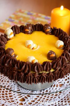 Både påsken i fjor og i år har Påskesuksess vært blant de mest besøkte kakene her på Det søte liv. Påskesuksess er en variant av den velkjente Suksesskaken, der jeg har smaksatt den gule kremen med appelsinsaft. I år ville jeg lage en ny variant av Suksesskake til påske, og denne gangen har jeg supplert den gule kremen med mørk, luftig mokkakrem. Mokkakremen har deilig smak av kaffe og mørk sjokolade, og harmonerer fantastisk bra med mandelbunnen og den gule kremen. Du bestemmer selv om du… Food N, Food And Drink, Norwegian Food, Recipe Boards, No Bake Desserts, Let Them Eat Cake, Cupcakes, Easter, Sweets