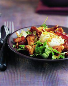Salade de girolles au lard, œuf cassé