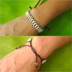 Ces perles en argent Karen sont martelés motif sur miniature cylindrique qui fait à la main des gens hilltribe Thai «Karen». Pour les perles d'argent, ils fait dans un plat comme le papier d'argent puis frapper sur eux pour faire modèle après qu'ils ont coupé et la courbe pour chaque