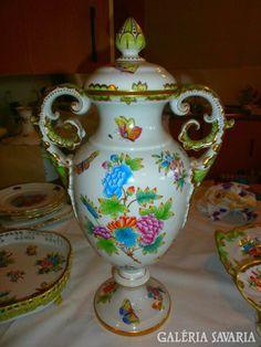 <p><strong>Antik 1940-ből Herendi Viktória hatalmas XXXL fedeles váza, dúsan festett, aranyozott, eredeti originál hibátlan, nem restaurált! MESESZÉP!!! EXTRÉM RITKA GYÜJTŐKNEK!!</strong></p><p><strong></strong></p>