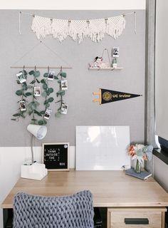 7 Minimalist Dorm Room Ideas for the Stylish and Functional Space Dorm Room Desk, Boho Dorm Room, Dorm Room Doors, College Dorm Rooms, Bedroom Desk, College Apartment Bedrooms, Living Room Decor College, Dorm Desk Decor, College Dorm Bedding