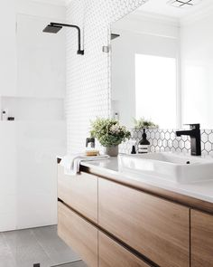 Bathroom goals right here - yup - simple, clean and crisp. @erica_zuccala's contemporary Perth home is one to drool over - as featured in our new Spring edition. On newsagent stands now. Photography: @oh.eight.oh.nine