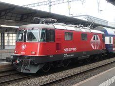 Die Re 420 217 vor einer Dosto S-Bahn in Richtung Zürich. Hier beim Aufenthalt am neuen Bahnhof Aarau