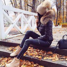 "Puffy Jacket // Skinny Leather Pants // Cremefarbene Sneakers Puffy Jacket // Skinny Leather Pants // Cremefarbene Turnschuhe Source by ""pinner"": {""username"": ""first_name"": ""Bohem Stil"", ""domain_url"": ""bohemstil.ga"", ""is_default_image"":. Winter Outfits Women, Winter Fashion Outfits, Winter Dresses, Look Fashion, Autumn Winter Fashion, Stylish Outfits, Fall Outfits, Cute Outfits, Womens Fashion"