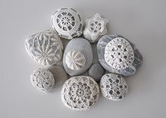 stone and crochet go so well together it looks like art Pebble Stone, Pebble Art, Stone Art, Stone Crafts, Rock Crafts, Yarn Crafts, Crochet Stone, Rock Decor, Kiesel