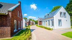 Op slechts tien minuten fietsen van het beroemde Vrijthof kun je op de Dousberg in Maastricht genieten van een vakantie op het meest luxueuze vakantiepark van Limburg. In onze ruime appartementen en vakantiewoningen kun je heerlijk genieten van een onbezorgd verblijf! Flatscreen, Rental Apartments, Resorts, Bungalow, Ideal Home, Condo, Villa, Vacation, Mansions