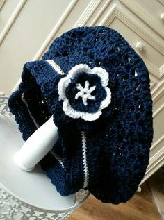Gehaakte baret met bloem