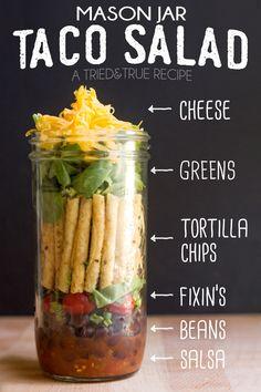 Mason Jar Taco Salad Mason Jar Recipes, Mason Jar Meals, Meals In A Jar, Salad In Mason Jar, Mason Jar Lunch, Mexican Food Recipes, Pot Mason, Mason Jars, Mason Jar Crafts