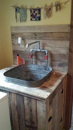 Better idea for laundry room utility sink. Next project on the list: Utility sink built from pallet wood and an old wash tub Decor, Barn Wood, Rustic House, Laundry Room, Outdoor Kitchen, Wood Pallets, Rustic Bathrooms, Wash Tubs, Sink