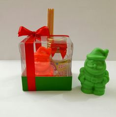 Caixinha contendo Mini sabonete em formato de Papai Noel, aromatizador de ambientes em plástico contendo 30 ml e 3 varetas.  Diversos aromas disponíveis.  Medidas da caixinha: 6 x 6 x 6 cm.