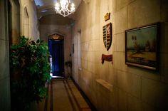 Corredor do Primeiro andar, caminho pros quartos do Hotel do Castelo de Itaipava. #petropolis #castle