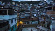 Juego de fútbol en Rocinha, la mayor favela de Rio de Janeiro