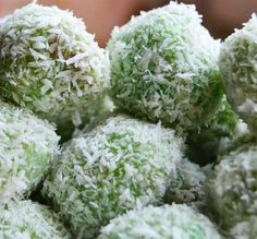 this is Indonesian food.the ball made of glutinous rice flour it contains palm sugar inside sprinkled with shredded coconut . Indian Food Recipes, Asian Recipes, Suriname Food, Yummy Snacks, Yummy Food, Tapas, Indonesian Cuisine, Indonesian Recipes, Asian Snacks