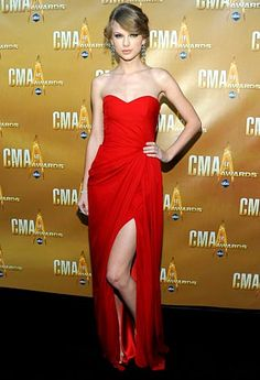 Taylor Swift Style Sheath Strapless Floor-length Red Evening Dress at 2010 CMA Awards Taylor Swift Rojo, Estilo Taylor Swift, Red Taylor, Taylor Swift Style, Taylor Swift Outfits, Elie Saab, Evening Dresses, Prom Dresses, Formal Dresses
