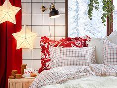 """Envie de recréer une ambiance cosy, chaleureuse et familiale chez vous ? Le géant suédois vous propose une déco traditionnelle, aux allures légèrement """"rétro"""" et aux influences du folklore scandinave de la fin du XIXème siècle. De quoi passer de jolies fêtes de fin d'année. Collection Vinter d'Ikea."""