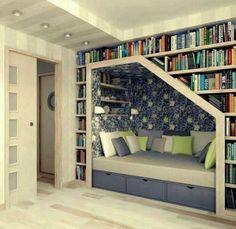 Librería en el hueco de la escalera