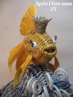 Hal 50. Теперь приклеиваем всё к рыбке. Корона из тесьмы, кукольные глазки с ресничками. В ротик добавлен ещё кусочек трубочки, а то дырка была.